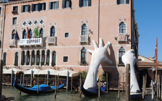 Palazzo Sagredo, Lorenzo Quinn, Support  foto di Abxbay, CC BY-SA 4.0 , via Wikimedia Commons